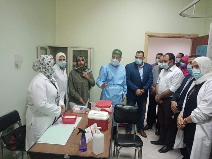 وكيل وزارة الصحه يفتتح  المركز الطبي للعاملين بقطاع البترول لتطعيم الفئات المستهدفة من فيروس كورونا