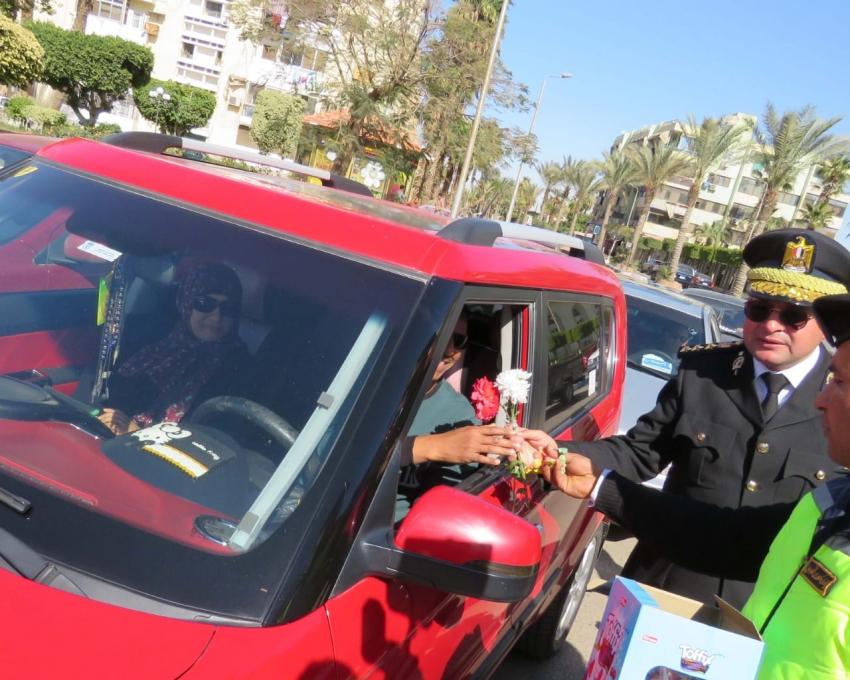 بالصور..شرطة السويس تقوم بتوزيع الورود والاعلام على المواطنين احتفالا بعيد الشرطة