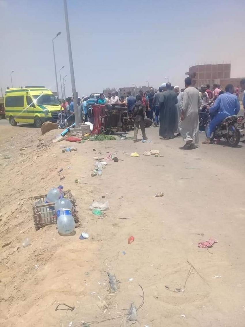 صور...مصرع شخص وإصابة ٤ في حادث تصادم ٣ سيارات وتوكتوك بطريق الجناين