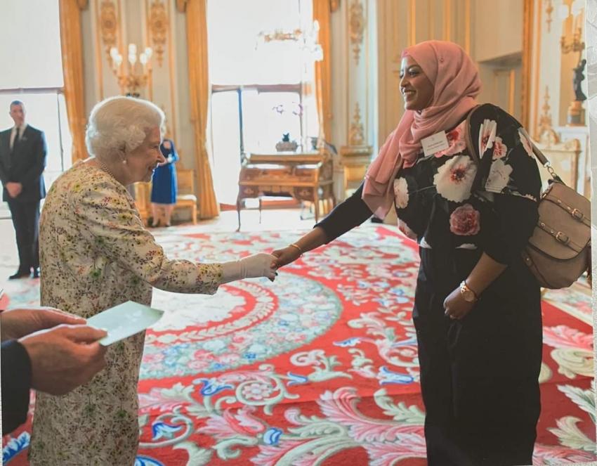 مصرية من النوبة كرمتها الملكة إليزابيث لأعمالها الخيرية