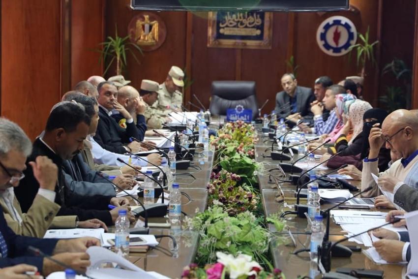 استعراض تقارير الأجهزة التنفيذية ورؤساء الأحياء  لمجابهة الازمات والكوراث بمحافظة السويس