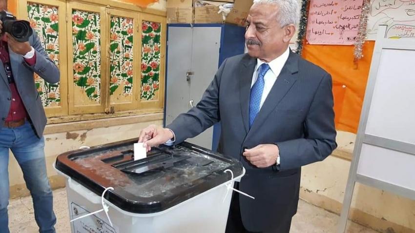 صور..محافظ السويس يدلي بصوته بمدرسة محمد حافظ ويثني على وعي السوايسة