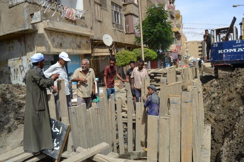 متابعة أعمال تطوير خط الصرف الصحي بتل القلزم وشارع الطابية وتفقد طريق الادبية بالسويس