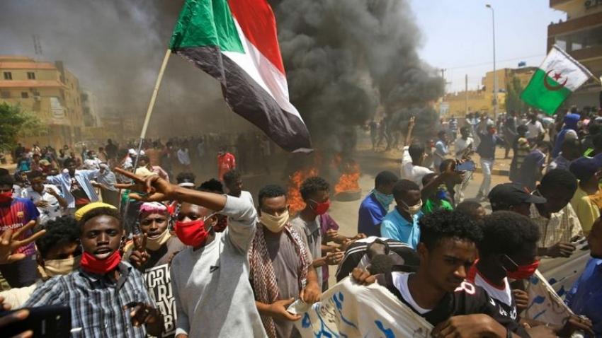 مظاهرات عارمه في السودان امام قياده الجيش