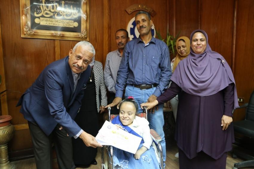 بالصور والاسماء : صقر يكرم أوائل الثانوية العامة والازهرية علي مستوي السويس