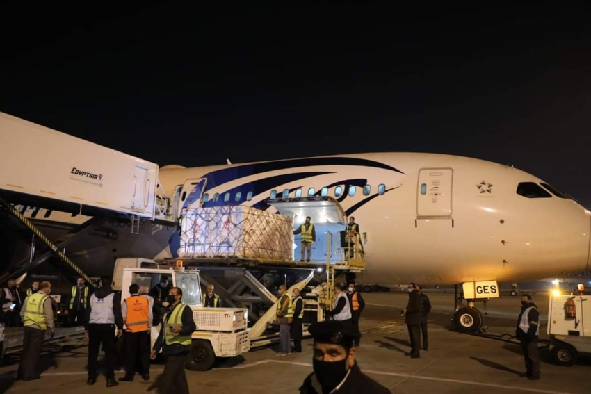 الصحة : استقبال ٣٠٠ ألف جرعة من لقاح فيروس كورونا هدية من الصين لمصر بمطار القاهرة الدولي