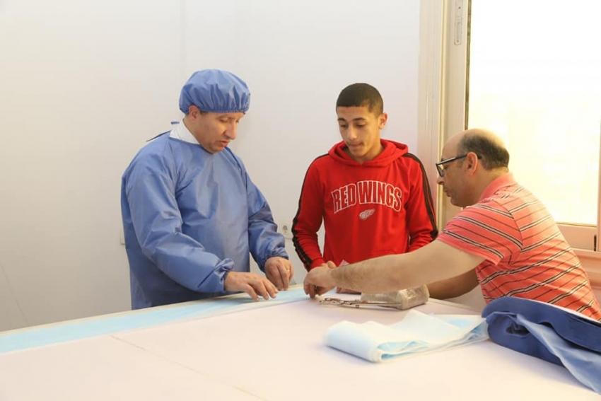بالصور :ورش جامعة السويس تنتج مستلزمات الوقاية الطبية ( اقنعة طبية - أغطية الرأس - جوانات العمليات )