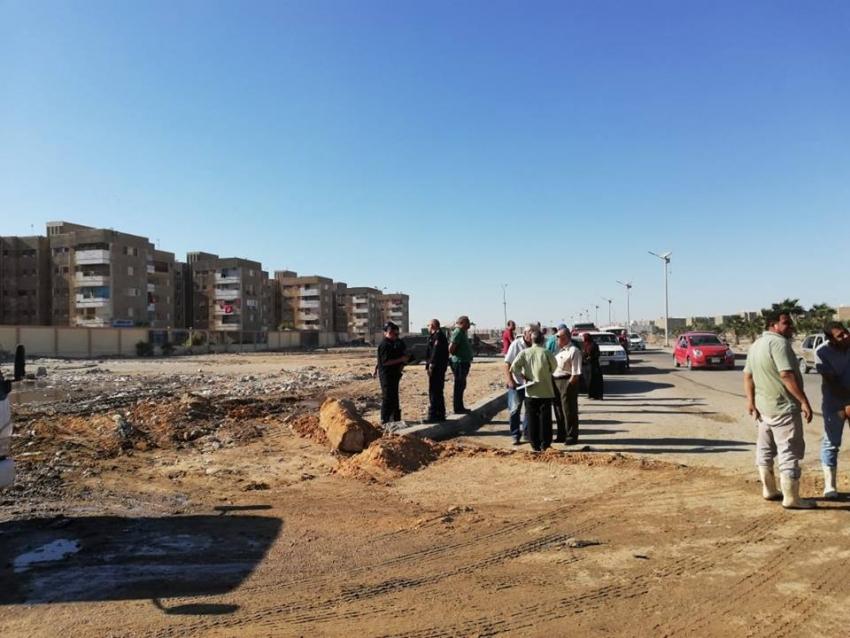 متابعة حل مشكلة مياه الصرف الصحي امام مساكن الزهراء بالسويس