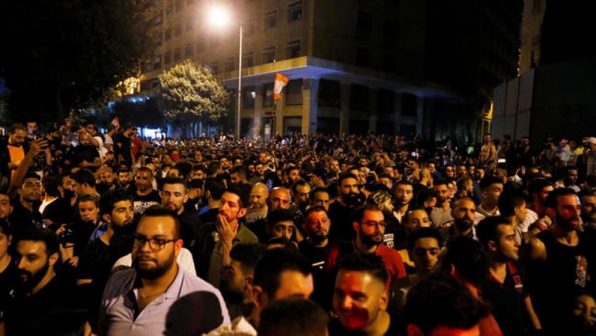 اللبنانيون يتظاهرون احتجاجا على الأزمة الاقتصادية وفرض رسوم جديدة