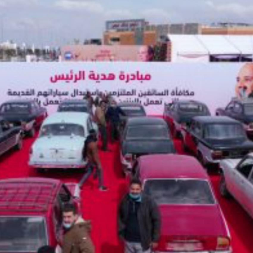 تسليم السائقين الملتزمين سيارات جديدة تعمل بالغاز ضمن مبادرة هدية الرئيس السيسى