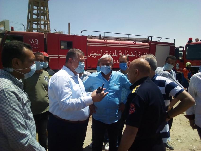 بالصور..محافظ السويس يشكر الحماية المدنية وابناء شركة المعمل علي الدور البطولي لاخماد الحريق اليوم