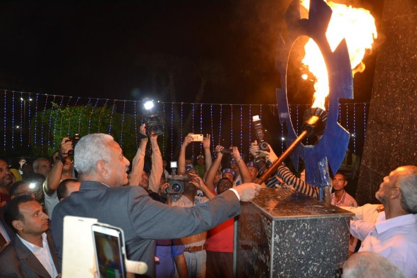 إيقاد شعلة النصر إيذانا ببدء احتفالات السويس بعيدها القومي الخامس والاربعين