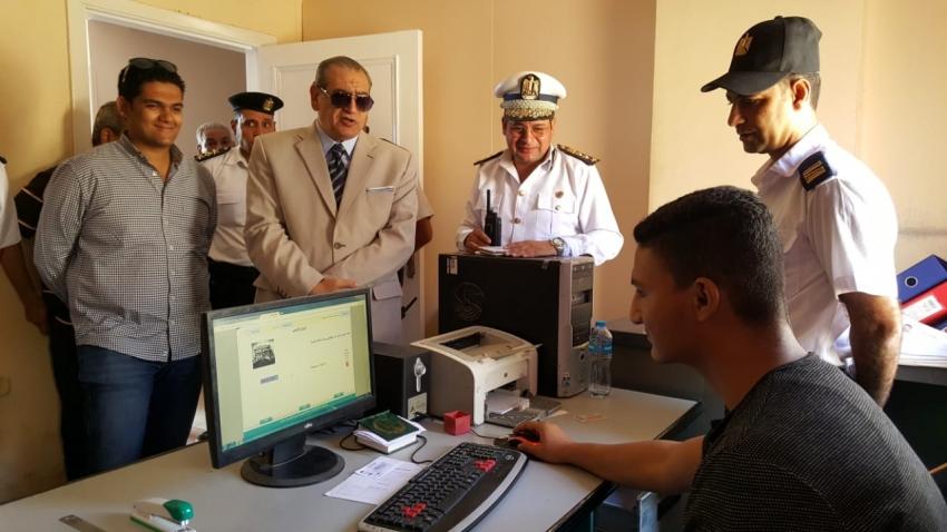 صور...مدير أمن السويس يتفقد ادارة المرور و الكمائن الأمنية بمداخل المحافظة