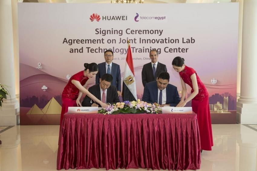 وزير الاتصالات وتكنولوجيا المعلومات  يشهد توقيع اتفاقية تعاون بين المصرية للاتصالات وهواوي العالمية في الصين
