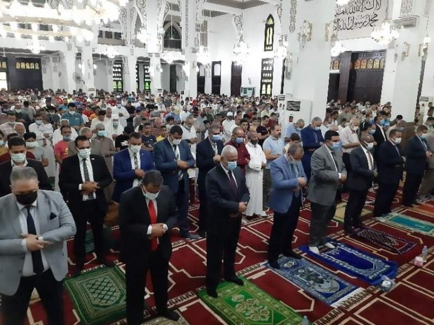 بالصور ..صقر والقيادات التنفيذية والامنية وأهالي السويس يؤدون صلاة عيد الأضحى بمسجد حمزة