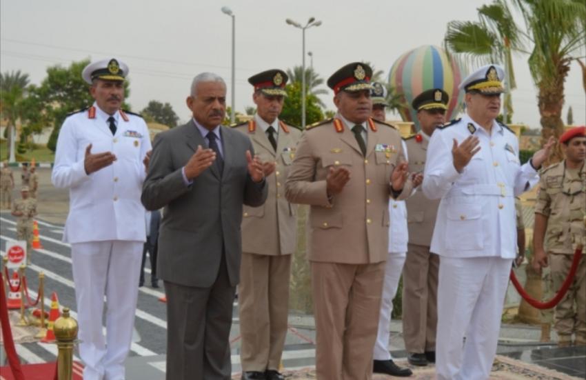 عرفات وصقر و جاد يضعون أكاليل الزهور على قبر الجندي المجهول في ذكرى تحرير سيناء