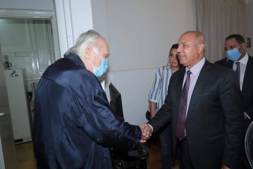 وزير النقل يشهد عودة سكان عمارة الشربتلي بالزمالك إلى شققهم والسكان يستقبلونه بالورود