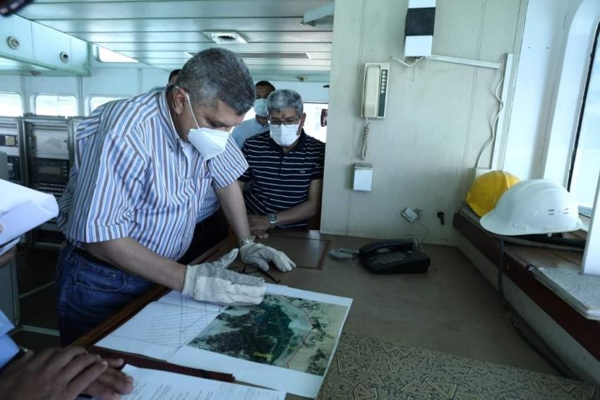 الفريق أسامة ربيع يشهد بدء أعمال التكريك بموقع مشروع ازدواج القناة الجاري تنفيذه بالبحيرات المرة