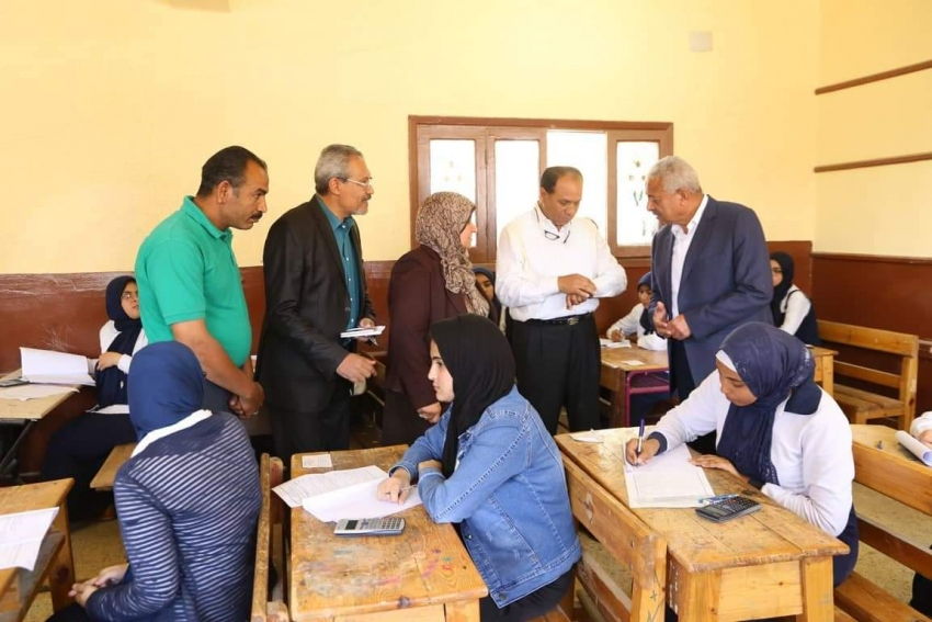 صقر يتابع سير امتحانات الدبلومات الفنية بالسويس