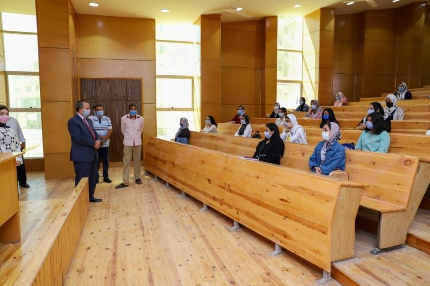 رئيس جامعة السويس يتابع انتظام الدراسة خلال اليوم الأول ويشدد على اتخاذ كافة الإجراءات الاحترازية
