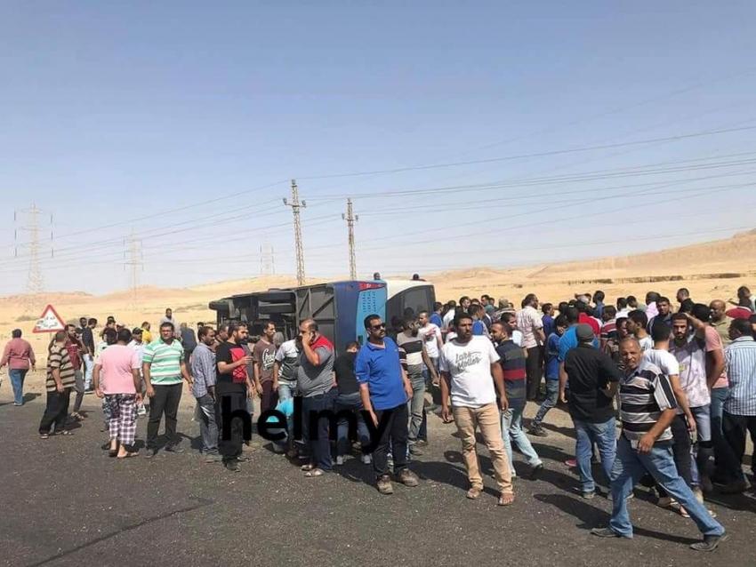 صورة اليوم :انقلاب اتوبيس عمال شركة كوين سيرفس واصابة ٣٠ عامل بطريق السويس _ السخنة