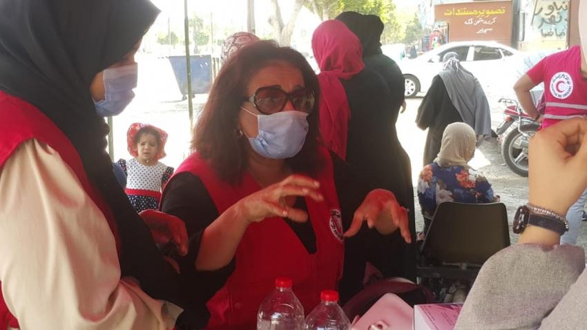 """بالصور: الهلال الأحمر بالسويس"""" يبدأ بتوزيع كمامات وأدوات تعقيم بمكاتب البريد لمواجهة كورونا"""
