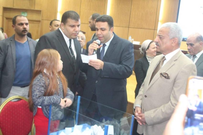 صقر يشهد القرعة العلنية لتوزيع 100لوحة أجرة تاكسي لابناء السويس