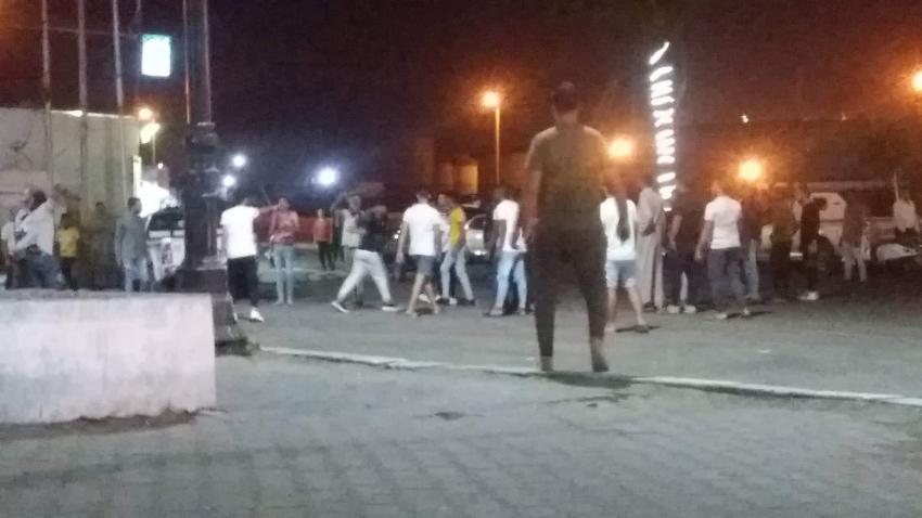 بالصور..مشاجرة كبيرة بالأسلحة البيضاء ووقوع مصابين امام قرية الحجاج بالسويس