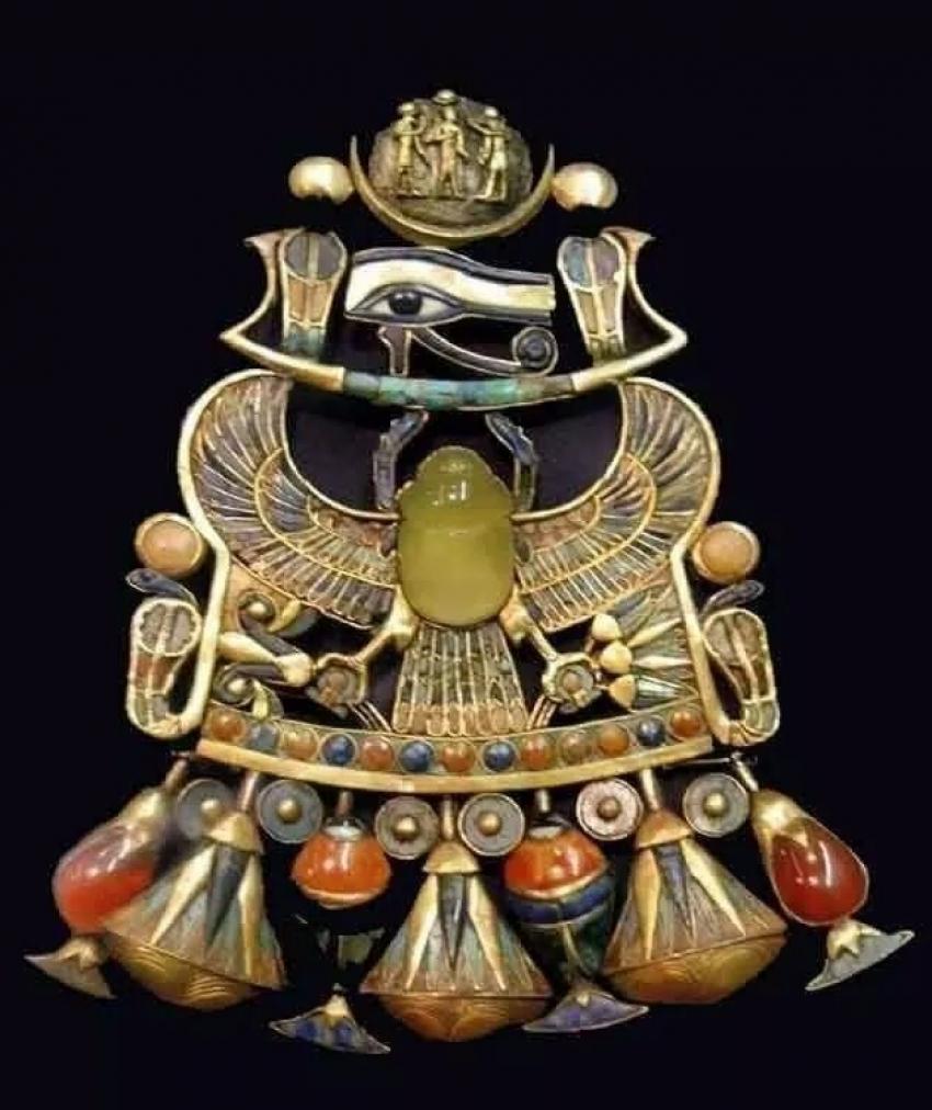 عظمة الفراعنة.. احدي قلادات الملك توت عنخ امون والتى حيرت علماء العالم