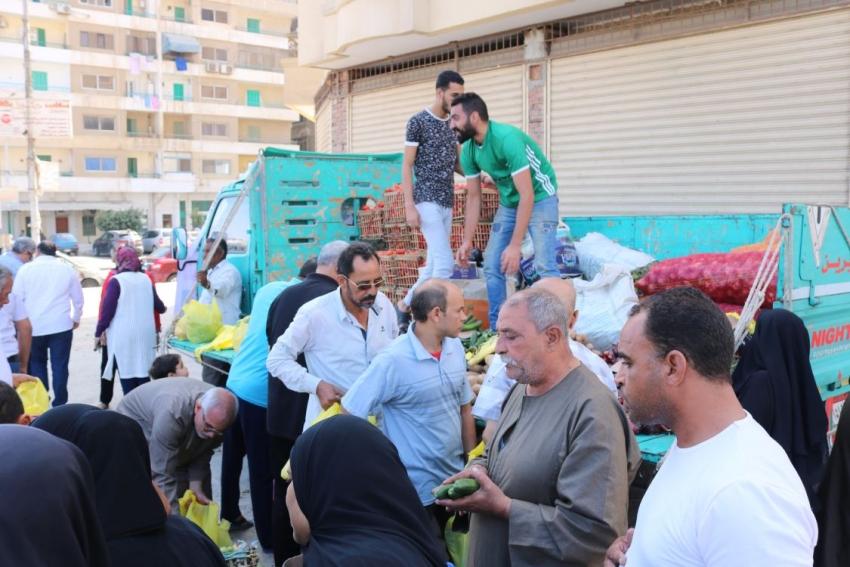 صور..حزب مستقبل وطن يقوم ببيع الخضروات باسعار مخفضةبأحياء السويس الخمسة