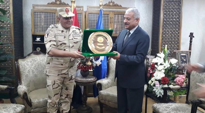 قائد الجيش الثالث يهنيء محافظ السويس بالعيد القومي للمحافظة ويتبادلان الدروع
