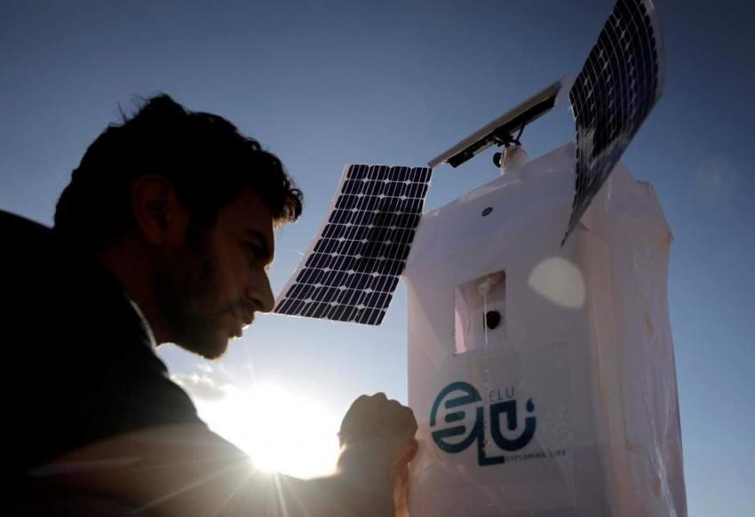 """محمد الكومي مهندس """" الميكاترونيكس """" استطاع تحويل الهواء إلى ماء بفضل روبوت """" إنسان آلي """""""