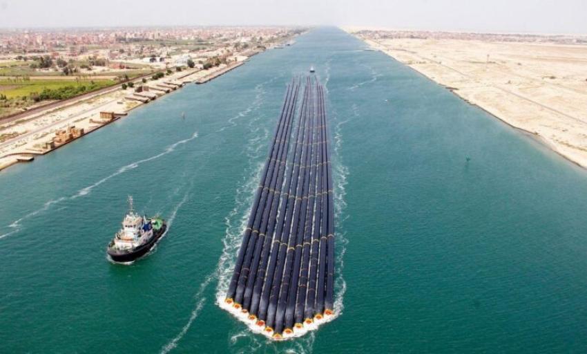 نجاح أول عملية عبور من نوعها لـ 12 ماسورة عملاقة عبر قناة السويس