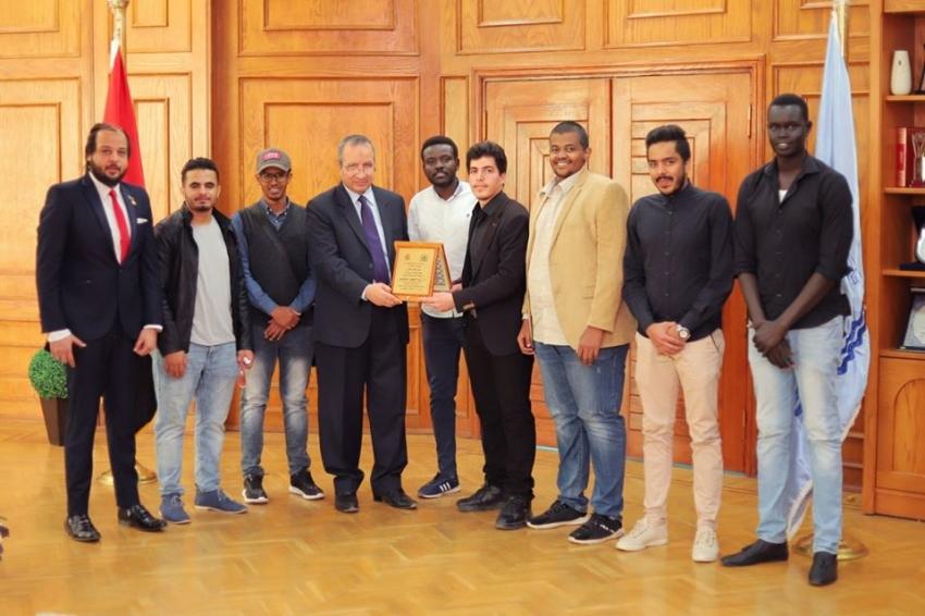 رابطة الطلاب الوافدين بجامعة السويس تهدي درع الرابطة لرئيس الجامعة