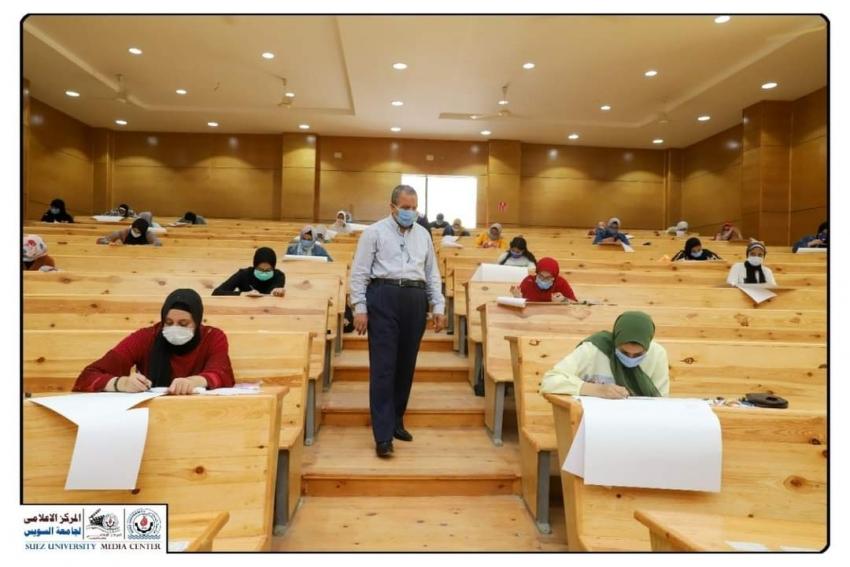 رئيس جامعة السويس يتفقد اختبارات القدرات لشعبة التربية الفنية بكلية التربية .