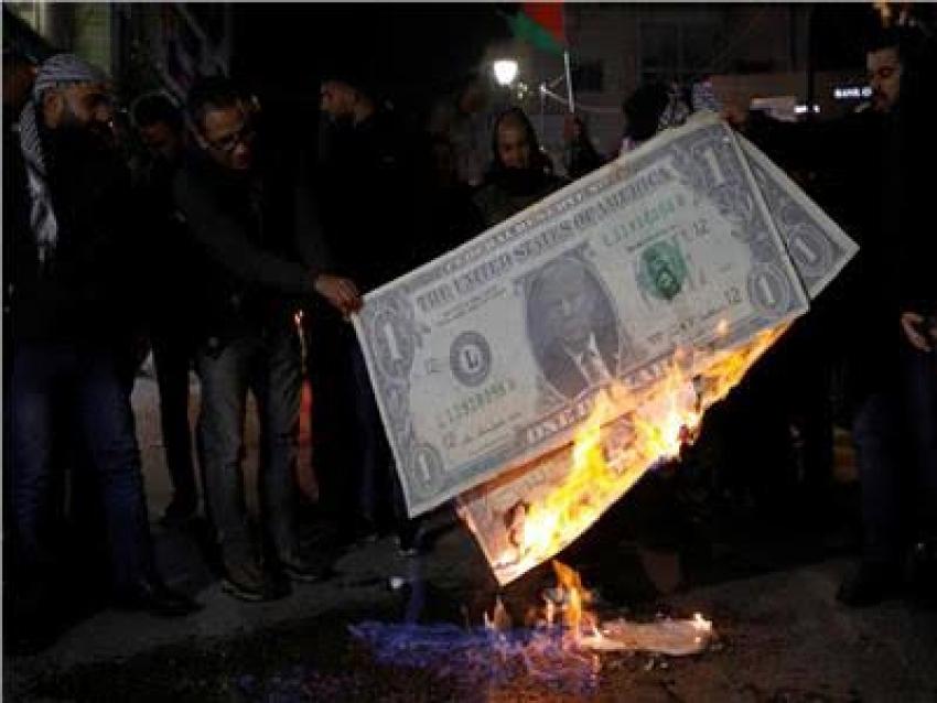 متظاهرون فلسطينيون يحرقون صورة «ترامب» في رام الله