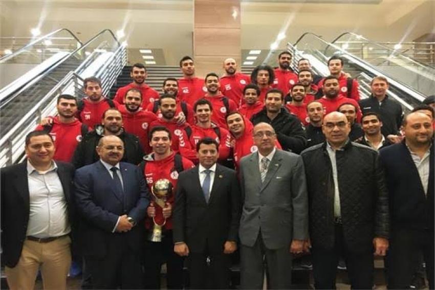 وزير الرياضة يستقبل أبطال اليد في مطار القاهرة