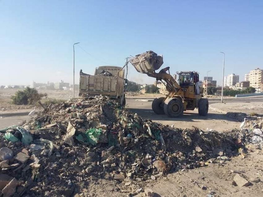 رفع تراكمات ومخلفات المباني بمحيط كوبري حوض الدرس بحي السويس