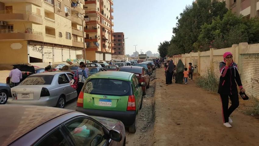 صور..ابراج الزراير تغلق جانب من شارع مجمع المدارس وتعيق حركة المواطنين والسيارات