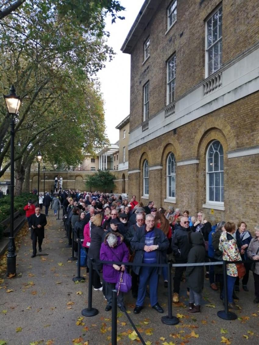 اصطفاف آلاف الزائرين أمام معرض توت عنخ أمون في أول يوم افتتاحه للجمهورفي العاصمة البريطانية