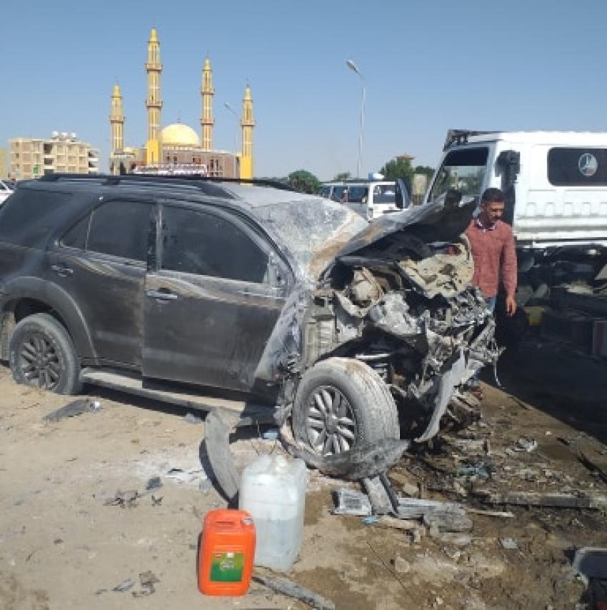 حادث مروع : اصطدام سيارة ملاكي تسير عكس الاتجاه وهروب سائقها بميكروباص امام مقابر قرية عامر بالسويس