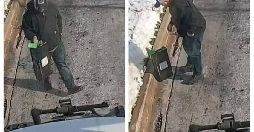 رجل يعثر على آلاف الدولارات في الشارع