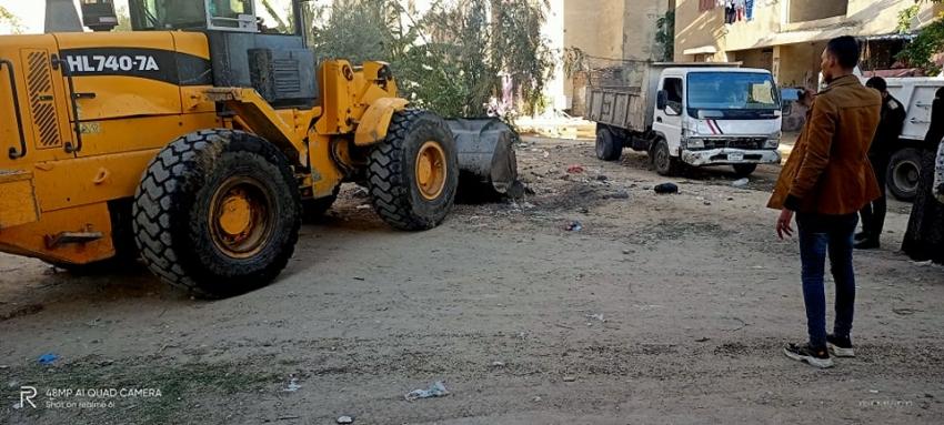بالصور : استمرار حملات رفع القمامة و تنظيف الشوارع بحي عتاقة