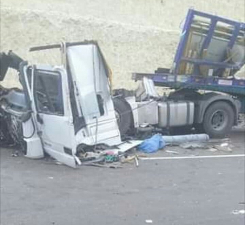بالصور.. مصرع مواطن واصابة 3 في تصادم سيارتين نقل بطريق السويس _القاهرة