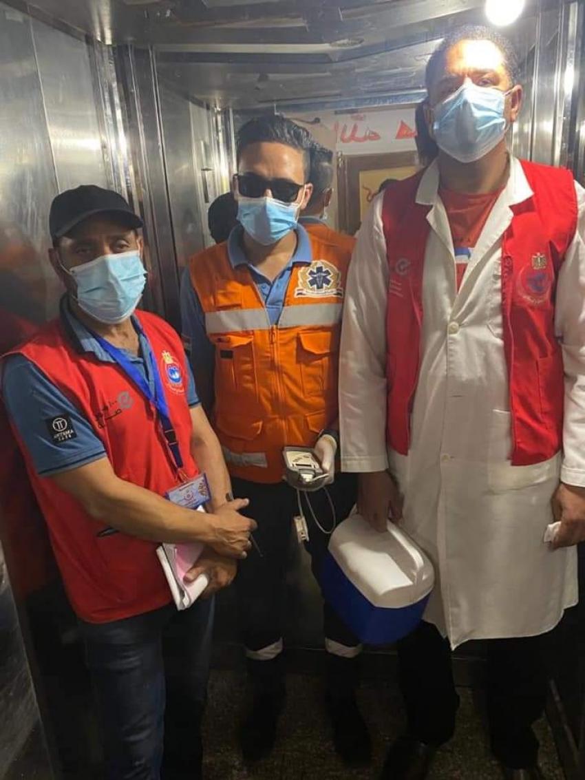 فريق التطعيم المنزلي يواصل المرور علي المنازل لإعطاء التطعيم  ضد فيروس كورونا لغير القادرين على الحركة