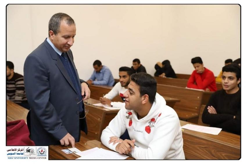 رئيس جامعة السويس يتابع سير اعمال امتحانات الفصل الدراسي الاول بكلية الهندسة ويتفقد معامل الكلية