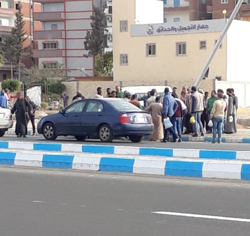 صور..انقلاب سيارة واصطدامها بعامود الانارة بمدينة السلام ١ بالسويس