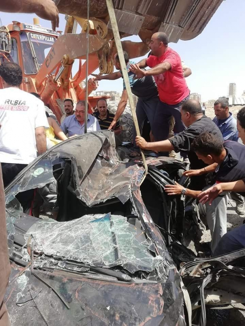 صور : حادث مروع ...سقوط كونتنر على سيارة ملاكي واصابة 5 بينهم طفلين بطريق السويس - السخنة