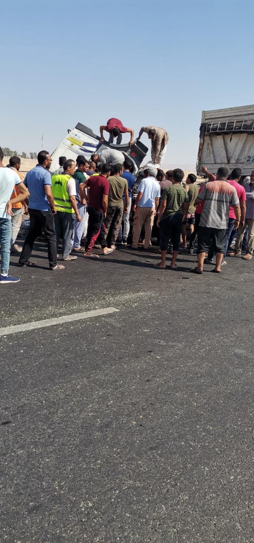 حادث انقلاب سياره نقل بطريق السخنه بالسويس