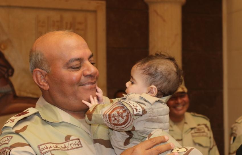 قائد الجيش الثالث يكرم أسر الشهداء ويؤكد على تلبية جميع مطالبهم